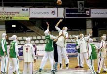 بانوان بسکتبالیست کشورمان با حجاب اسلامی در مقابل ناظر فیبا بازی کردند